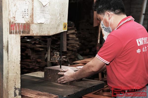 国方匠人在开料过程中必须十分专注,不能有一丝偏差