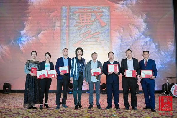 戴为红木董事总经理翁肖尤(左四)为获奖的优秀员工颁奖
