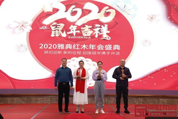 雅典红木董事长包海深(左一)给本次节目表演前三名颁奖
