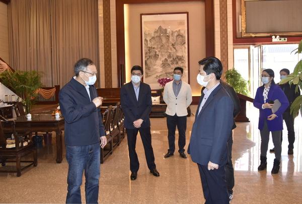 大涌鎮黨委書記郭叢樞(左一)等一行領導到東成紅木檢查、指導復工防疫工作,張錫復董事長(左四)陪同