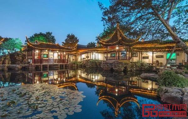 苏州园林不仅蕴含着独具特色的建筑智慧,也极富人文气息