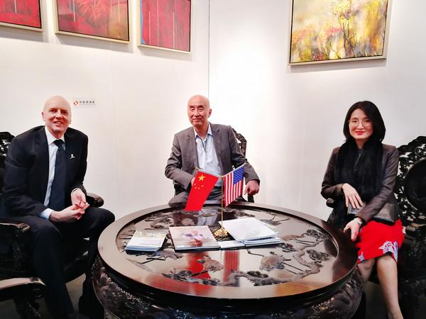 2018年1月10日,洛杉矶艺博会创办人KIM Martindale(左)参观美国洛杉矶艺博会中国国家展,与泰和园董事长邵湘文(中)、泰和园总经理邵洁理(右)交流