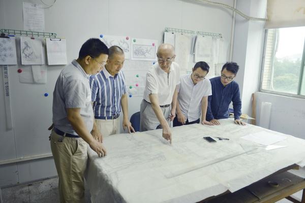 邵湘文大师(中)与设计团队就产品设计反复推敲