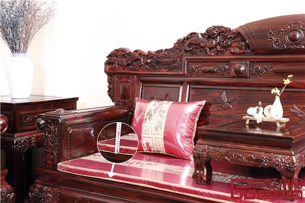 沙发软软硬适中,坐感舒适