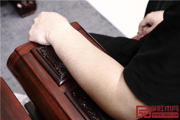 沙发扶手宽大,打磨细致,触感舒适