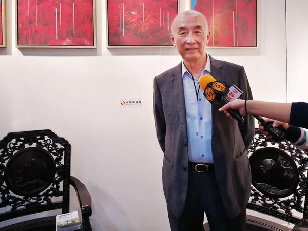 中国传统工艺大师、泰和园董事长邵湘文在第23届美国洛杉矶国际艺术博览会中国国家展展会现场接受美新华社、凤凰卫视的联合采访