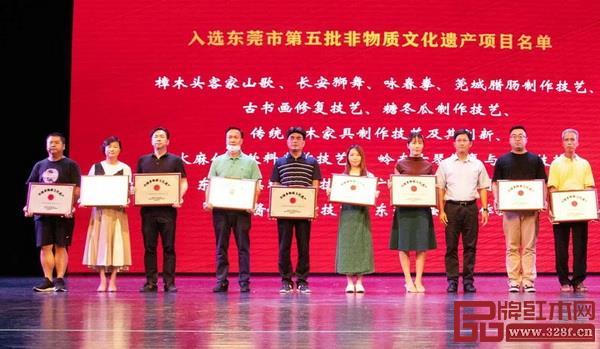 国寿红木总经理陈卫棠(右二)