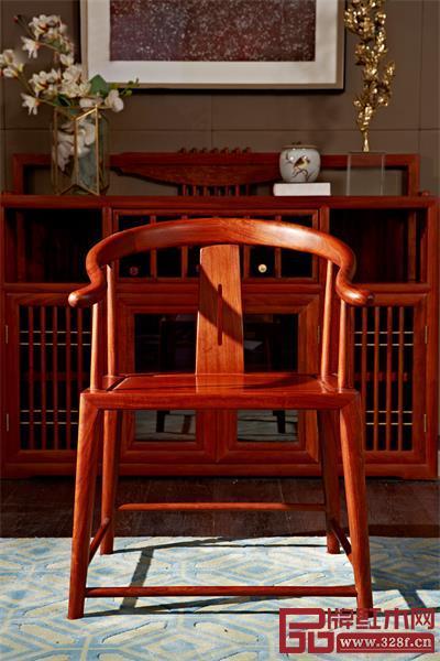 餐椅以传统圈椅为器型,造型经典,可一椅多用