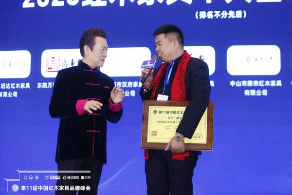 """央视着名掌管人赵保乐(左一)现场采访居典红木董事长尹付林(右一),解读红木家具""""产权证""""的魅力"""