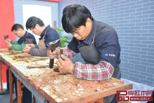 雕刻师傅在中国(中山)红木家具文化博览会演示红木雕刻(中山市档案馆藏)