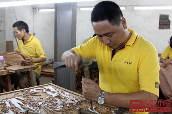 工人制作木雕作品(中山市文化广电旅游局供图)