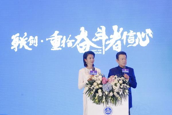 央视著名主持人赵保乐(右)、广东电视台主持人央金共同主持第11届红木品牌峰会