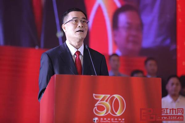 广东省家具协会第七届理事会会长王克作题为《承上启下 继往开来》就职演讲