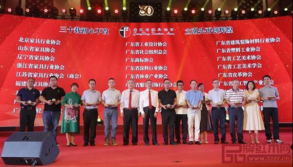 广东省家具协会向友好协会赠送纪念品