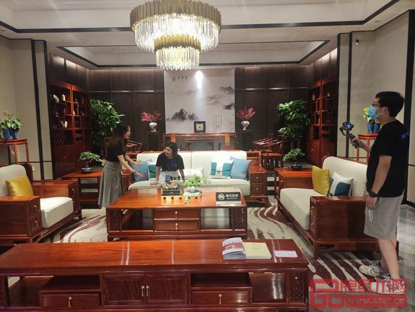 腾讯家居、品牌红木品牌推荐官走进地天泰·国颂展厅,通过直播的形式带领线上观众体验国颂缅甸花梨新中式新品