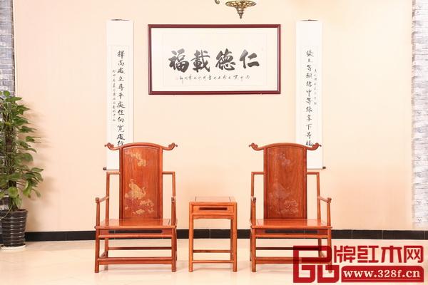 紅木家具是傳統文化的高端載體,與其相配的書畫也要講究文化內涵