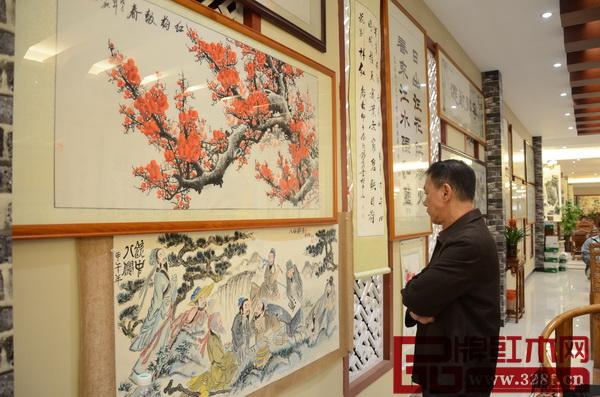 偉明軒紅木展廳內陳列了許多與紅木家具形神合一的書法作品