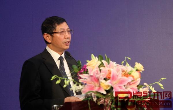 东阳市副市长陈军作《中国(东阳)木雕红木产业发展报告》
