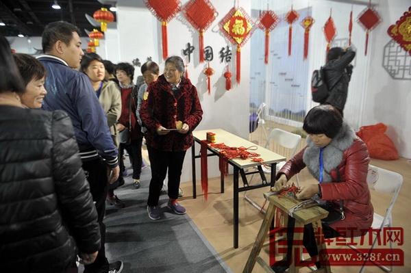 国际会展中心非遗展区吸引了众多参观者