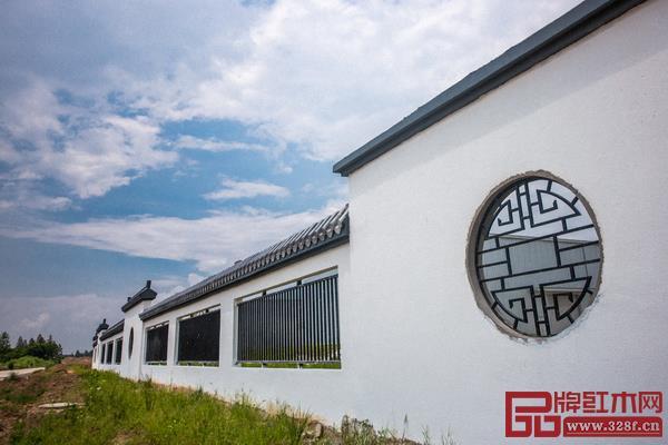 工厂外墙建成经典的白墙黑瓦,一方方云墙下还饰以不同形状的花窗,透过花窗有栅栏,可以看到场内的景观