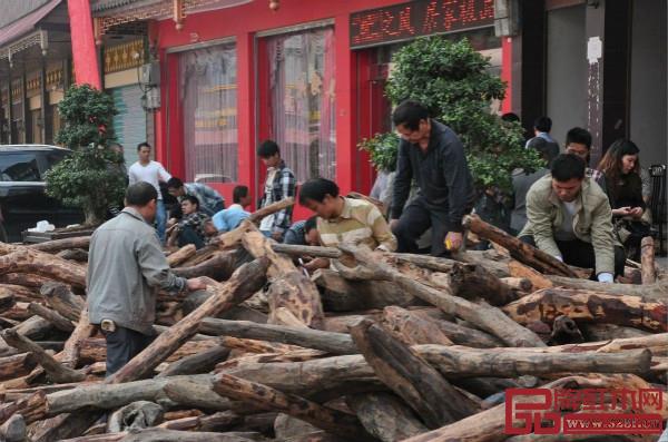 2013年,仙游街上都是抢着挑选木头的人