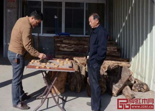 2014年,同样是仙游,过来买木材的人陡然巨减,卖木材的店家也无事正在下象棋