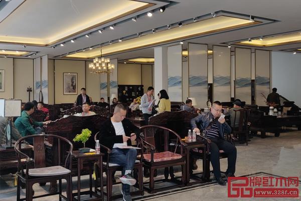 经销商参观汉府家具展厅,更直观地感受到汉府家具的企业实力以及产品魅力