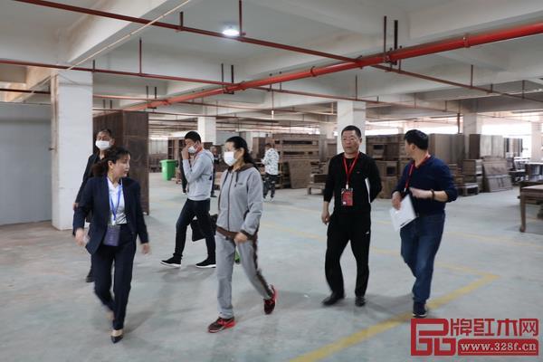 在工作人员的陪同下,经销商实地参观汉府家具的生产基地