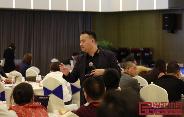 邵龙导师与汉府家具经销商现场互动,解答经销商们关心的问题