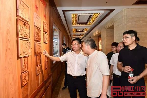 东阳市委书记傅显明(左一)在旭东红木考察