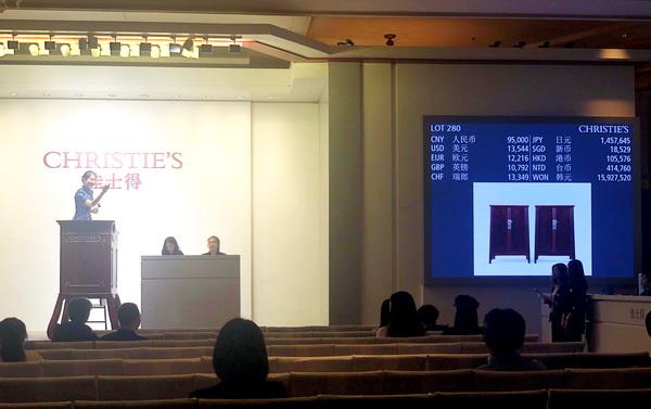 LOT280 圆角柜一对   区胜春(中国,1959年生)  铁梨木嵌瘿木69×42×99厘米  2019年作  成交价:114000元