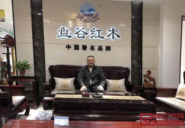 盘谷红木董事长吴应华亲自下专卖店指导开业工作