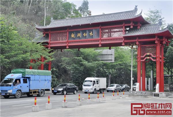 著名的观澜红木家居艺术街全程3公里,云集了众多红木家具企业