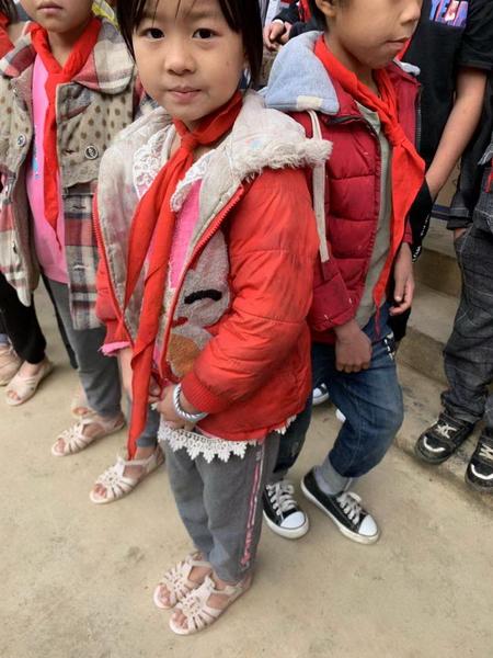 当天当地气温仅有十多度,但很多孩子还穿着凉鞋,有些孩子还穿着短袖,在寒风中缩着脖子发抖