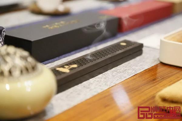 从东方花道艺术作品展示和插花体验到藏茶藏香养生体验、文创工艺品展览等,吸引了众多红木家具爱好者