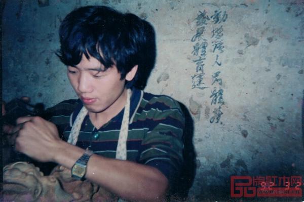 陈新平出身雕刻世家,自小师承名匠,学习雕刻技艺