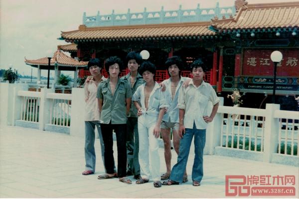 """1989年,在陈新平(左二)的倡议和组织下,杜世春(右一)、陈正民(左四)等人的积极响应下,""""大不同""""工作队正式成立。照片摄于1989年湛江画舫"""