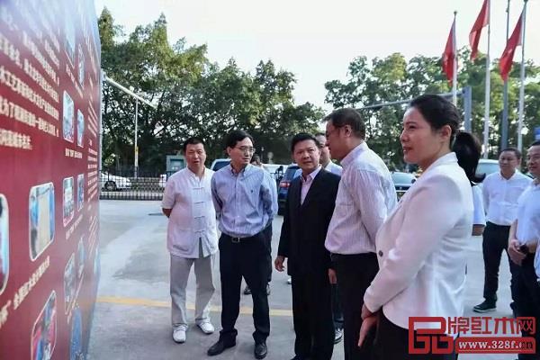 龙华区人力资源局局长陈智谦同志现场就竞赛背景、历届概况及本届比赛的相关情况等进行详细介绍