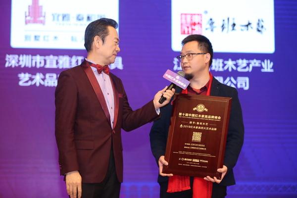 鲁班木艺总经理李景春(右)在台上接受中央电视台主持人赵保乐采访
