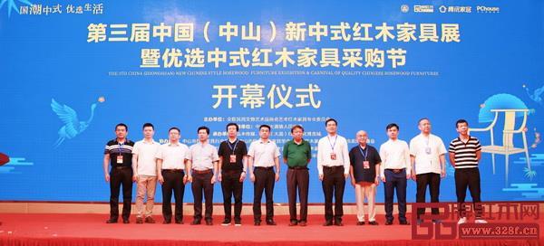 全联艺术红木家具专业委员会洞察时代潮流,首创并连续4年在中国红木特色小镇大涌举办新中式红木家具展