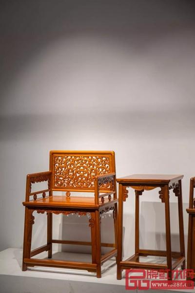 名稱 / 緬花群龍捧壽玫瑰椅 尺寸 / 長61cm 寬46cm 高87cm 制器 / 紅橋紅團隊