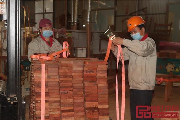 中信红木各大厂房、各岗位员工均已就位,各个车间都在有条不紊的进行生产工作