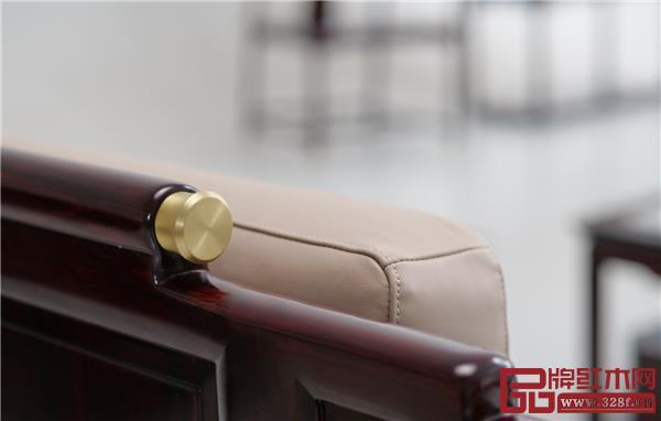 《佳境沙发》搭脑两头镶嵌的是高贵的黄铜圆帽,看上去时尚感十足