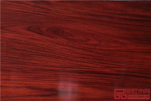 《佳境沙发》用材为色泽、纹理、材性俱佳的微凹黄檀。.jpg
