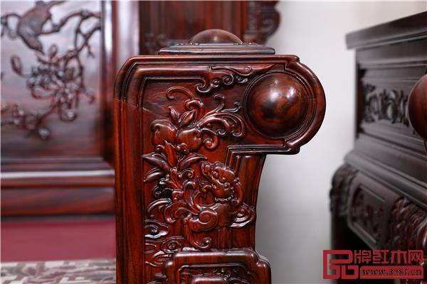 整套沙发雕饰华丽,运用了深雕、镂空雕、浅浮雕等数种雕刻技法