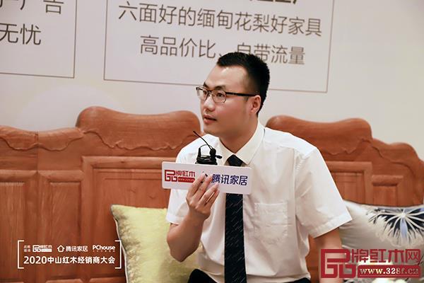 雅宋红木总经理窦琦柳在优选品牌直播招商会上介绍招商优惠政策