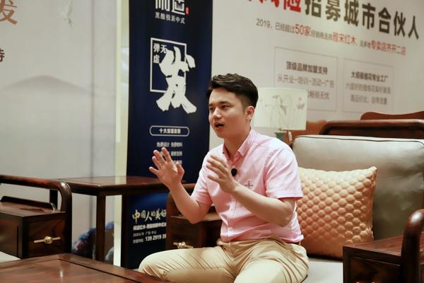 全联艺术红木家具专业委员会执行会长、腾讯家居红木、品牌红木总编林伟华在直播中分享如何挑选红木品牌