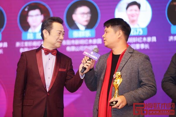 华夏一品总经理张拓(右)在第十届红木家具品牌峰会上接受央视著名主持人赵保乐采访