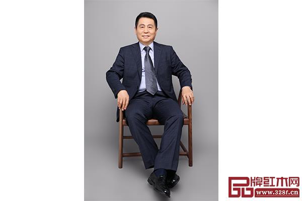 张辉,全联艺术红木家具专业委员会专家顾问、明清家具研究学者