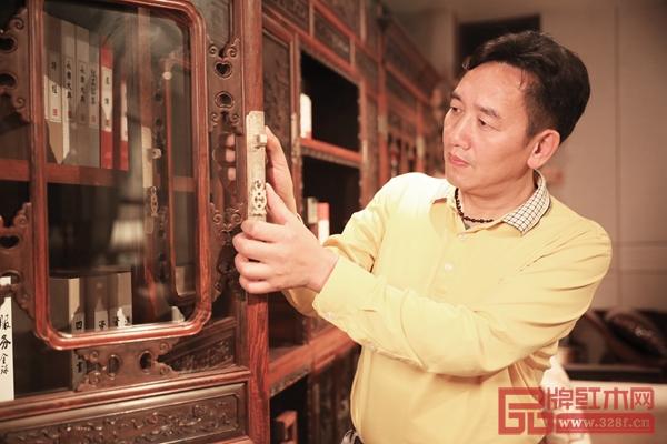 """国方家居董事长陈新平指出,国方家居整装选用的都是名贵硬木和国标红木,为的就是传递木文化,倡导""""以木养人""""、""""居木养生""""的生活方式。"""